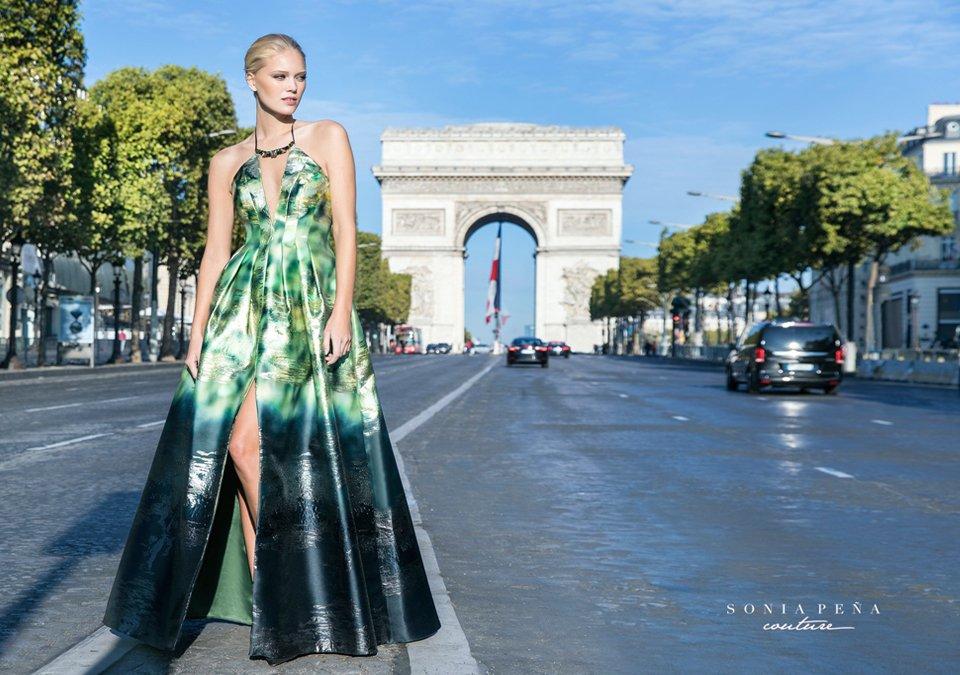 1ba8020fb ... Vestido con original estampado de Sonia Peña Couture .